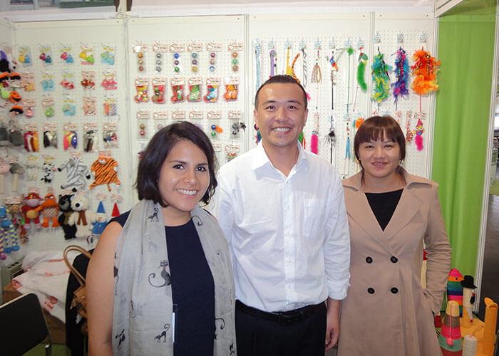 02 group photo with customer